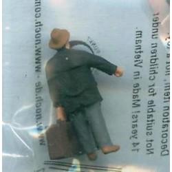 """NOCH 118-006, osoba stojąca, """"Brązowa walizka"""", figurka, skala N"""