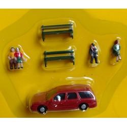 epk 201. Zestaw: figurki - osoby siedzące, ławki, samochód, skala H0.