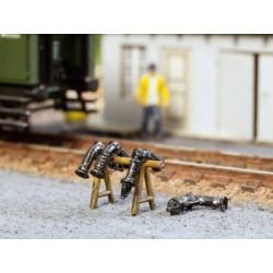 """NOCH 13623, Zestaw kolejowych węży do ogrzewania parowego wraz ze stojakiem, skala H0. """"NOCH 3D-minis""""."""