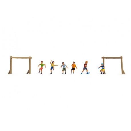 """Noch 36817. Dzieci na boisku """"Łęblej"""", zestaw figurek, akcesoria, skala N (1:160)."""